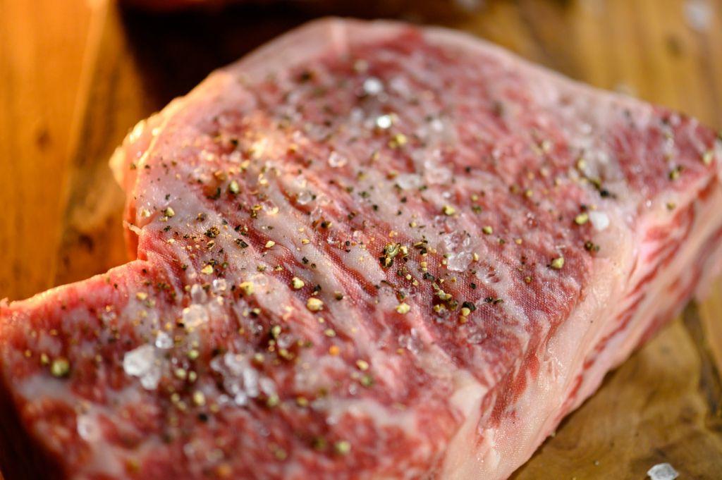 キャンプ飯でサーロインステーキを焼く前(塩胡椒)