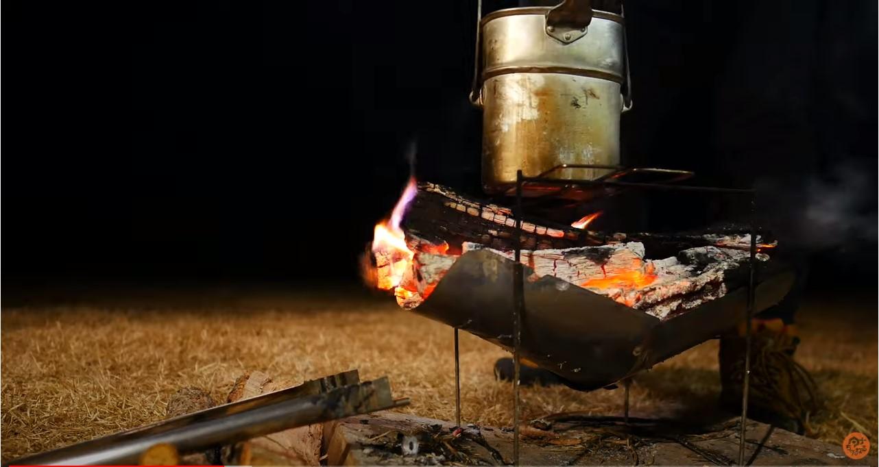 ロシア軍 空挺作キャンティーンと焚火の写真