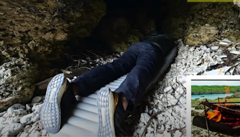タナがマットで寝ている写真