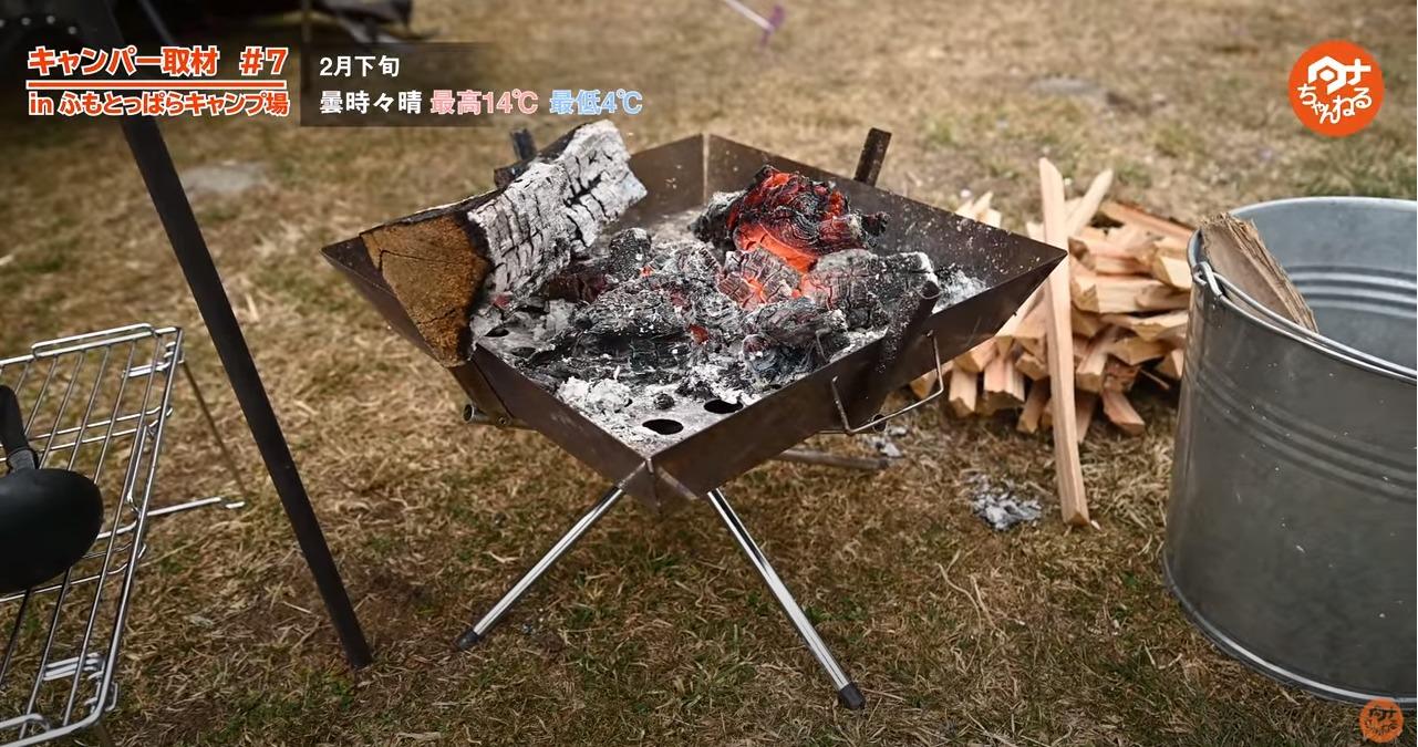 UNIFLAME ファイヤーグリルで焚き火をしている写真