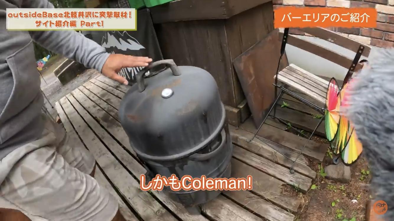 バーエリアで巨大キャンプサイトoutsideBASE北軽井沢のケンさんに取材するタナ