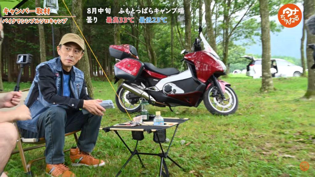 バイクソロキャンパーさんに取材するタナ