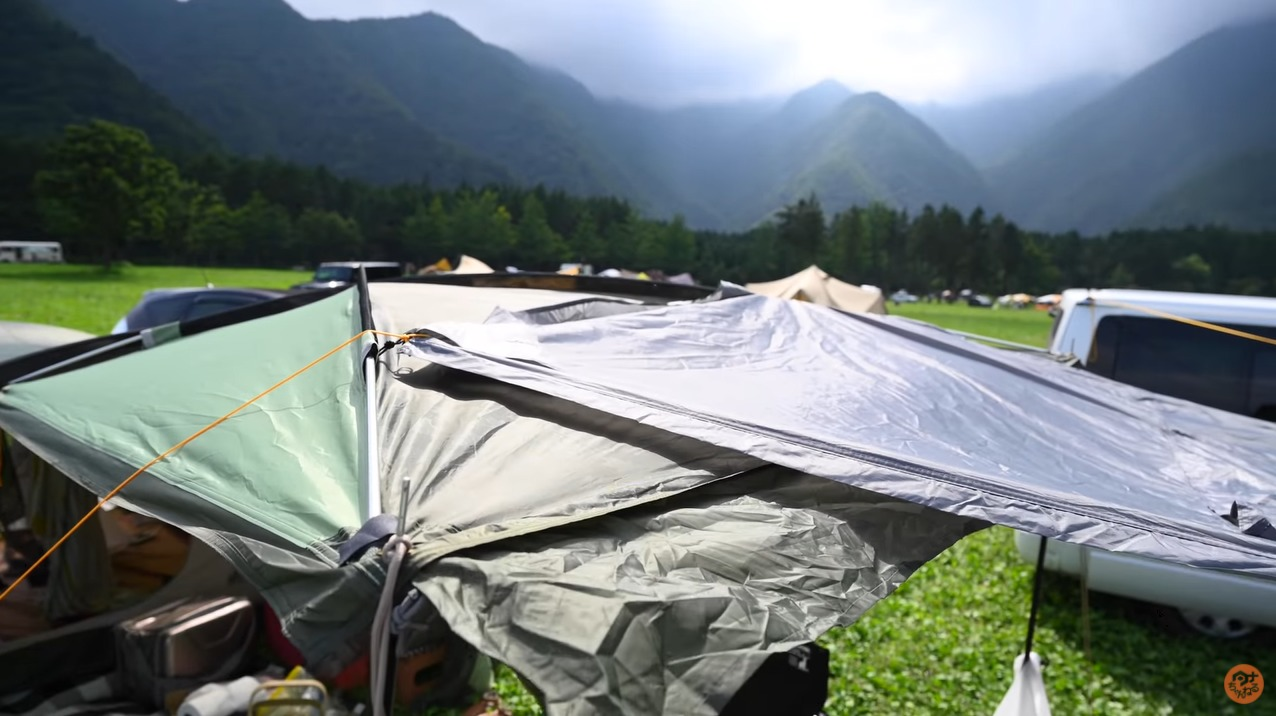 2つのテントを連結したリビング