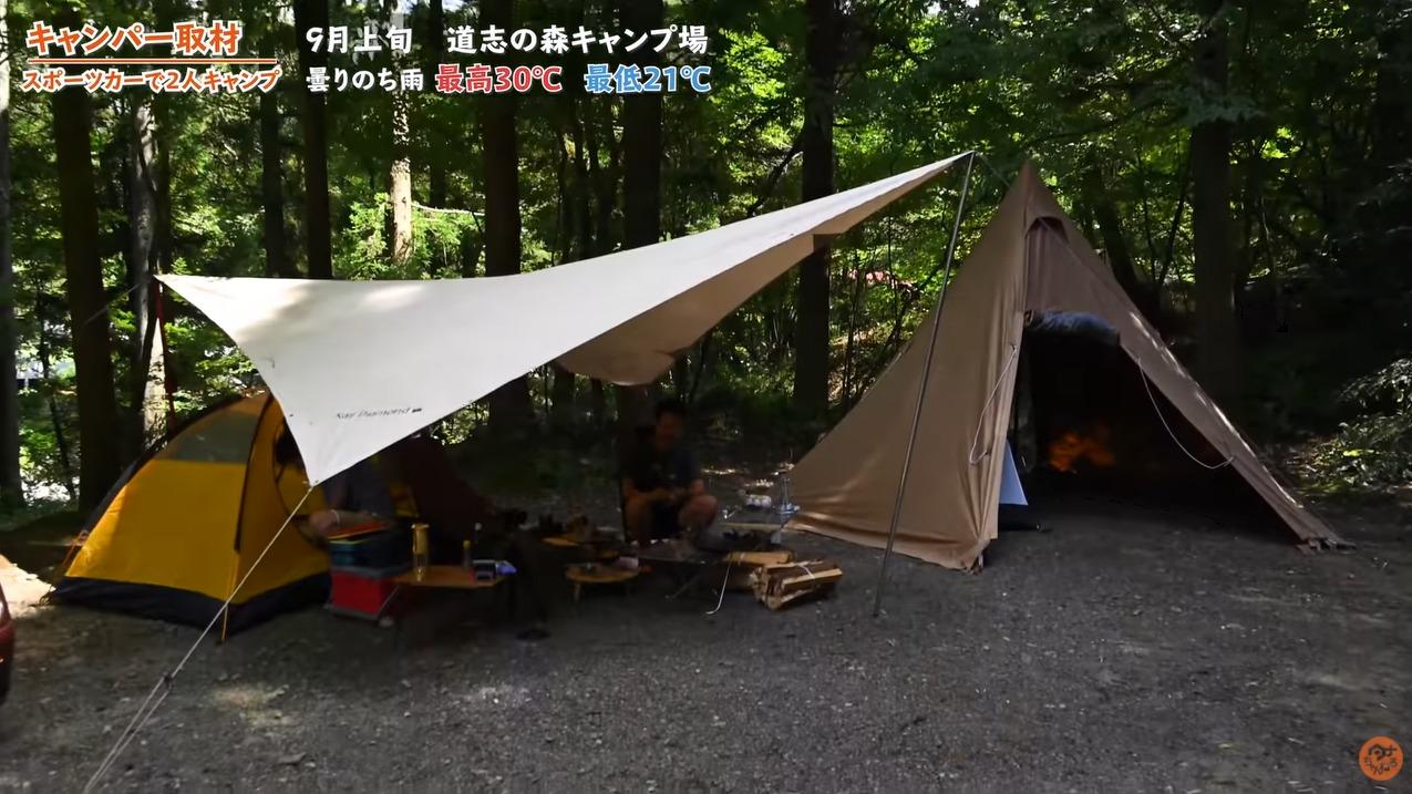オープンカーで男二人組キャンプ