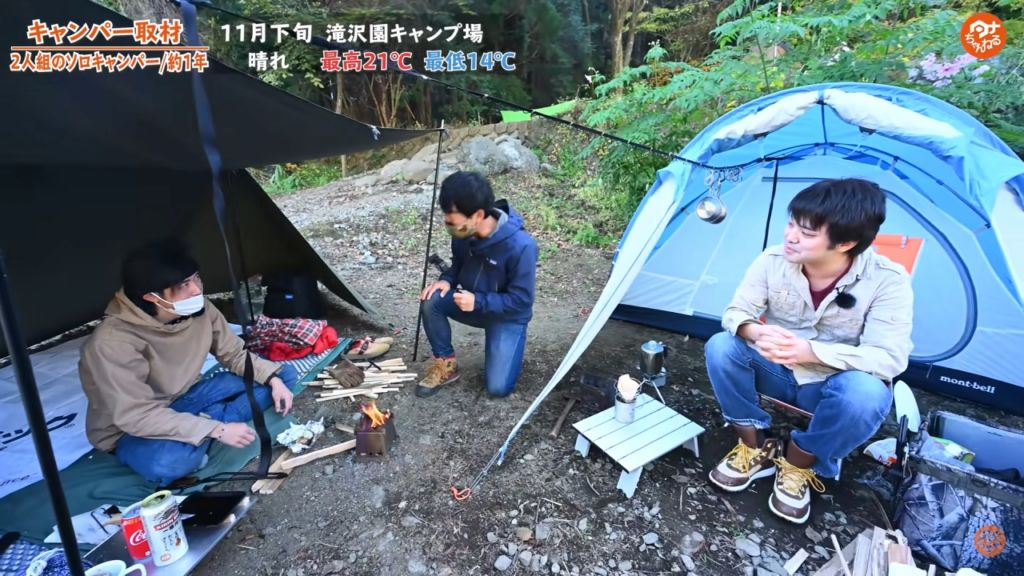 2人ソロキャンプを楽しむキャンパーさんを取材するタナ