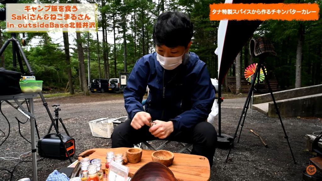 outsideBASE北軽井沢でキャンプ料理を作るタナとねこまるさんとsakiさん